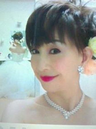 ウエディングドレスを着ている大場久美子