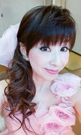 カラードレスを着ている大場久美子